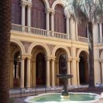 Pátio interno amarelo da Casa Rosada.