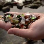 """Os vidros foram lapidados e hoje são a """"areia"""" da praia."""